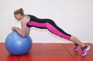 Упражнения на фитболе для рук