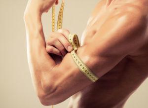 Спортсмен мерит мышцы