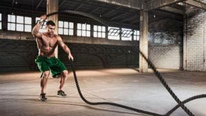 Спортсмен выполняет волну с канатом