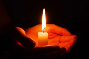 Горящая свеча в руках