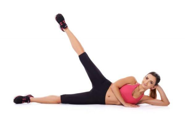Девушка делает упражнения для ног