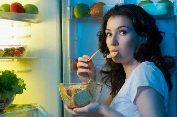 Девушка ест на ночь