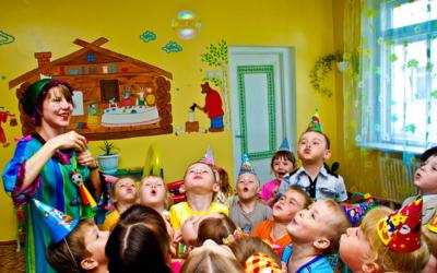 Как организовать праздник в детском саду на день рождения и какие угощения принести?