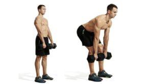 Мужчина выполняет становую тягу на согнутых ногах