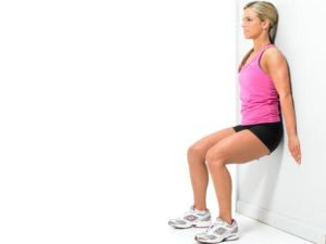 Девушка делает упражнение стульчик