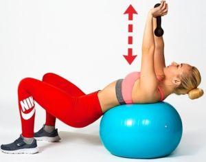 Упражнение на фитболе для груди