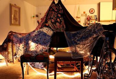 Почему дети любят строить домики? Для чего нужна палатка на кровать малыша, чем она удобна?