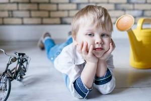 Почему ребенок в 2 года не слушается родителей и заказывает истерики? Все просто он растет!