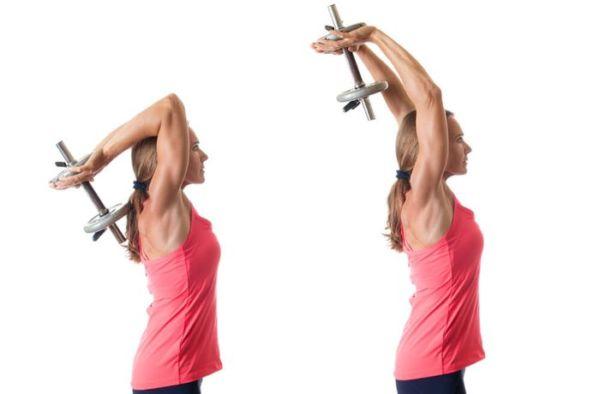 Девушка делает упражнения на руки