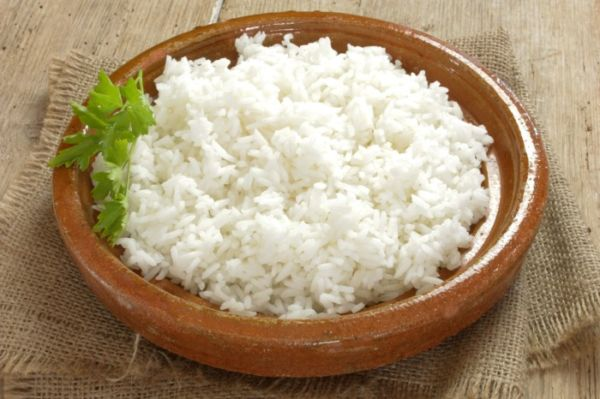 Рис в тарелке на столе